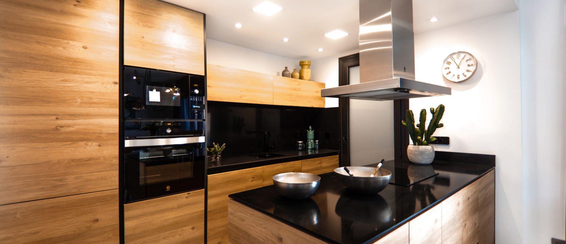 A wooden kitchen iwth modern kitchenwares
